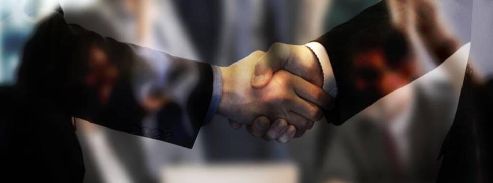 Jobvermittlung in der Getränkeindustrie: Händedruck zwischen zwei Personen.