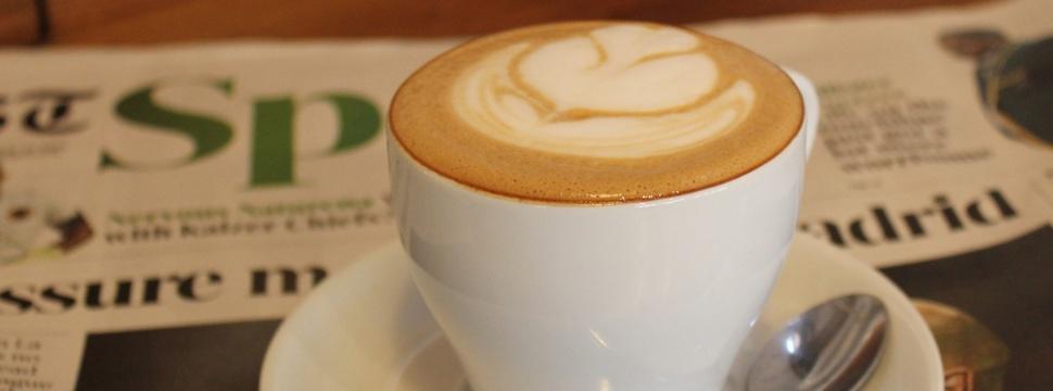 Allgemeine news, Getränkeindustrie, digitale, Marketing, Milchkaffee mit einer Zeitung.